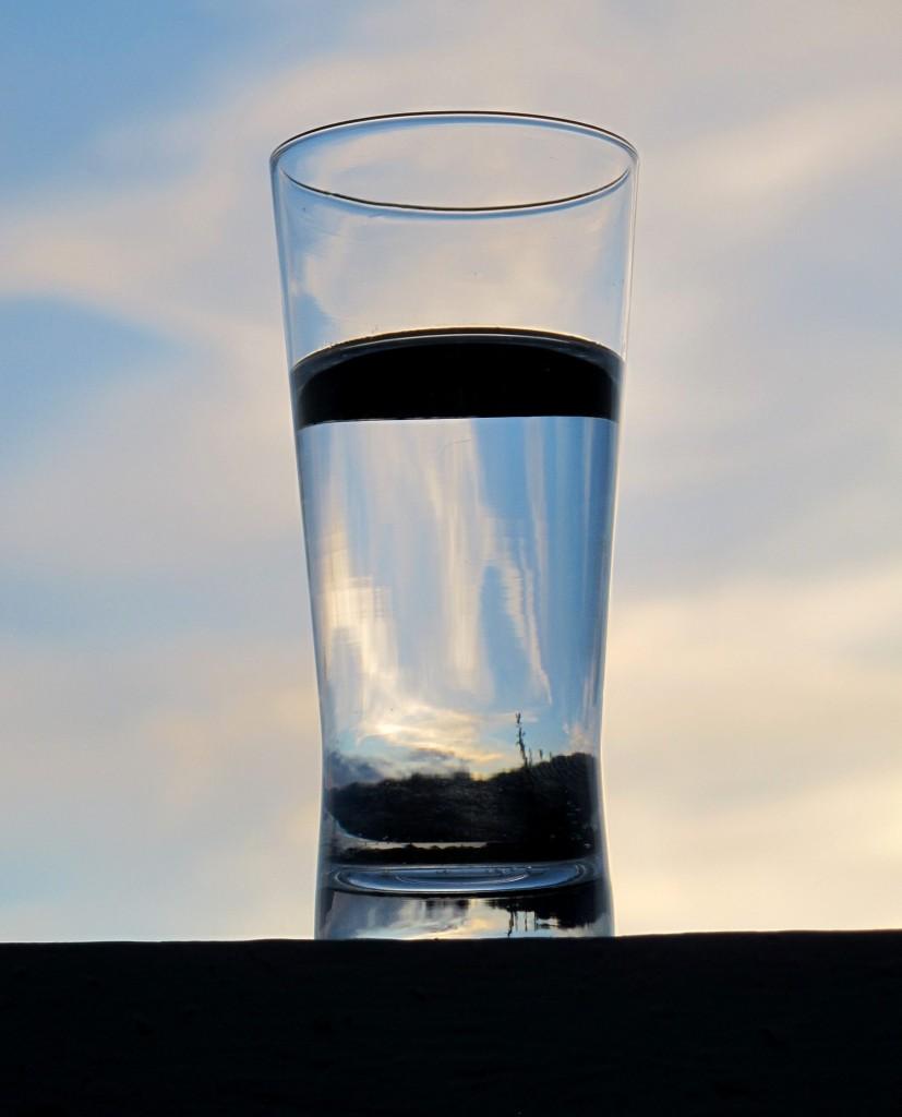 Metanol i solnedgang. Riktignok er dette et glass vann, men det kunne like gjerne vært metanol; stoffene ser helt like ut.